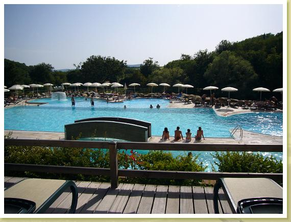 Le piscine mulino di quercegrossa for Vasca laghetto rettangolare